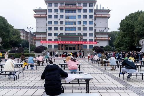 湖南科技学院:百名学子现场挥毫泼墨展风采