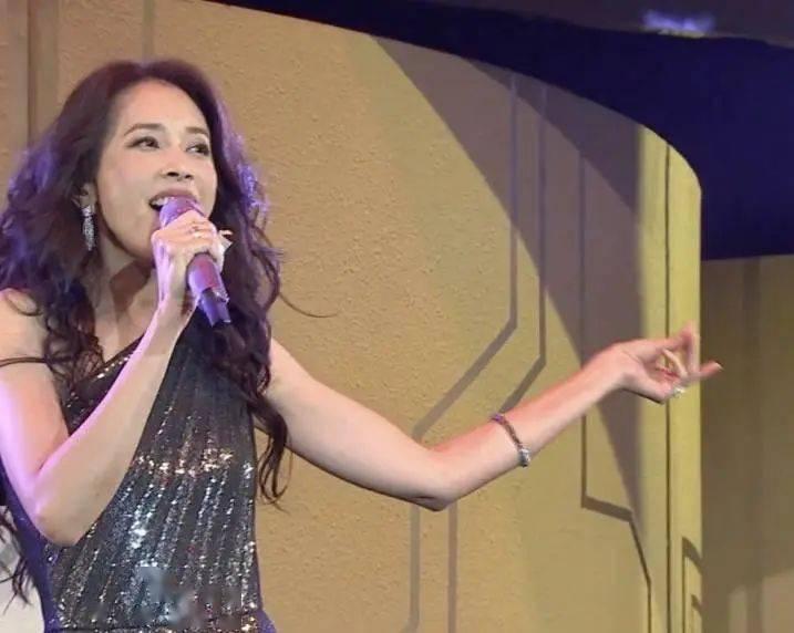 叱咤乐坛2020 香港著名天后霸气登场solo 却遭网民狠批:好无聊