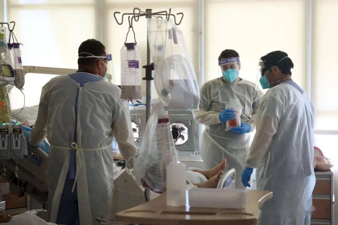 美国一医院急诊室44名医护感染新冠 疑与充气节日服装有关