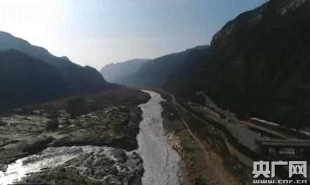 受持续降温影响 山西壶口瀑布呈现冰封十里龙槽景观  第1张