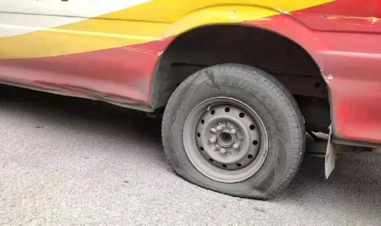 车胎被人恶意放气,都是违停惹的祸