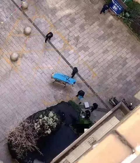 云南:悲!男子从34楼跳下,手被消防员抓住,他却脱衣往下坠……