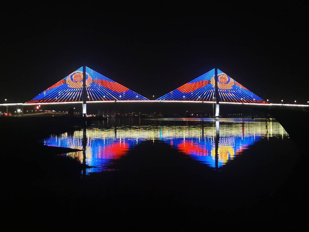 """浙江舟山:海岛大桥亮灯庆祝首个""""中国人民警察节"""""""