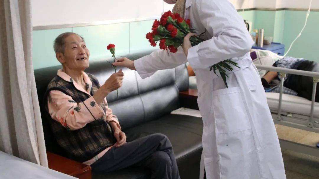 山医大二院肿瘤科上演爆款电影现实版——病房里,医生给病人送上一朵小红花  第4张