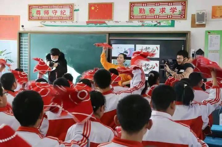 央视16分钟点赞鞍山教师  带学生课堂上扭秧歌