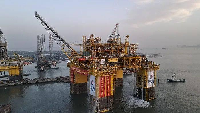 排水量相当于三艘航母,全球首座十万吨级半潜式生产储油平台交付