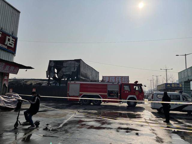 成都市金府机电城火灾事故后:店家严重损失提出质疑