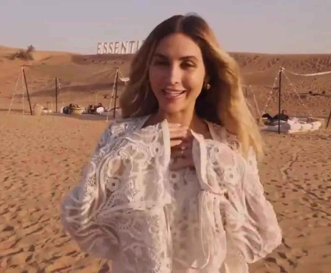 性感生物!格茨的妻子在沙漠中展示了她火辣的身材