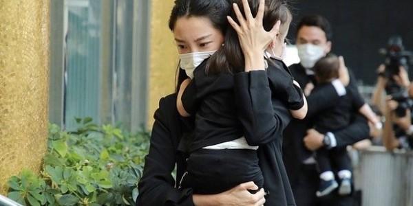 赌王儿子何猷启宣布离婚后露面,和妻子女儿现身机场,前妻气质好