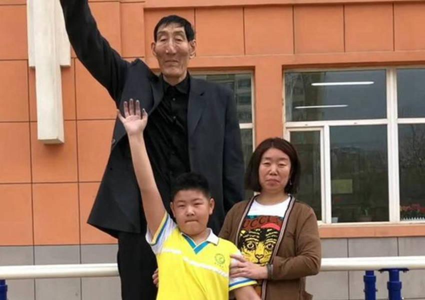 还记得中国第一巨人吗?婚后不顾医生反对生下儿子 如今娃长这样