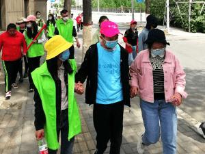 """西宁城北区团委举行""""牵着蜗牛去散步·绿色行""""主题公益活动"""