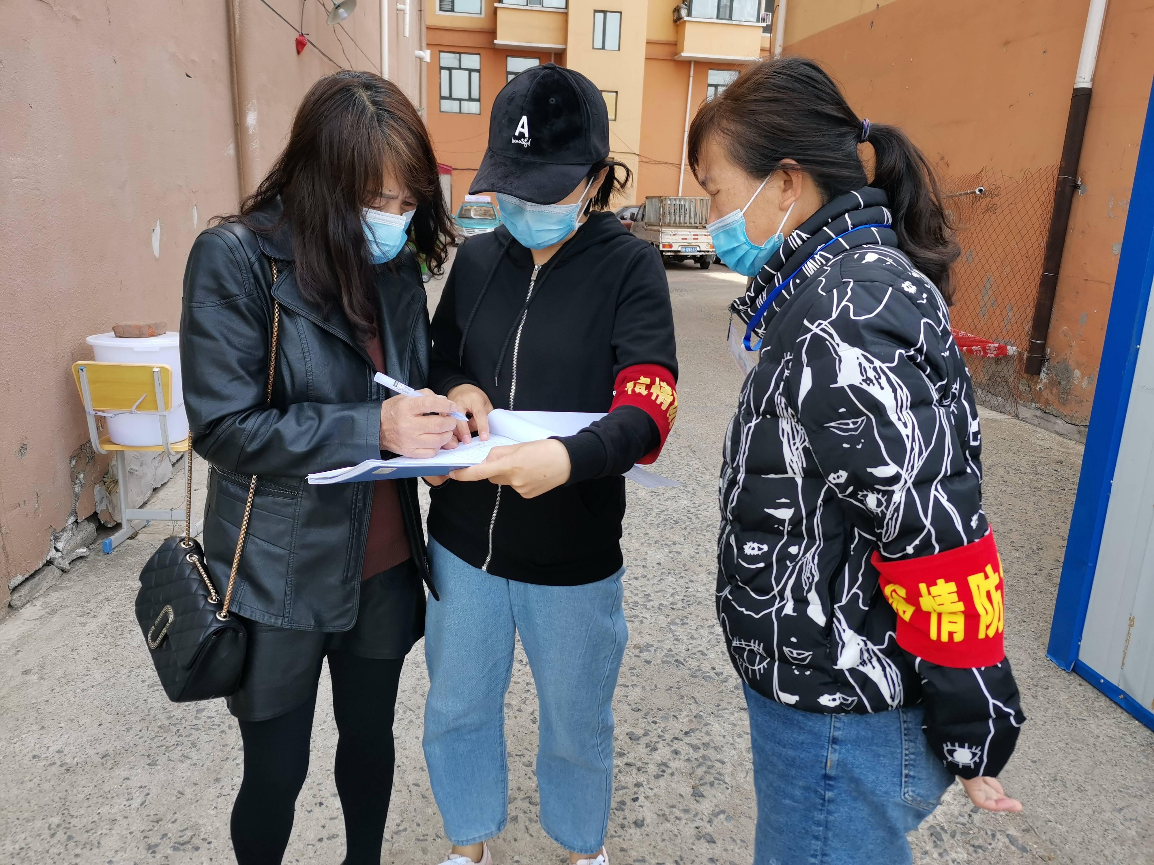 黑龙江拜泉县坚守社区的抗疫工作者