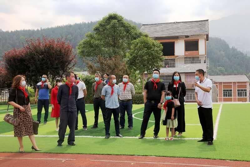 今日阳光-明日希望 重庆巫山新专联等向凌云小学献爱心