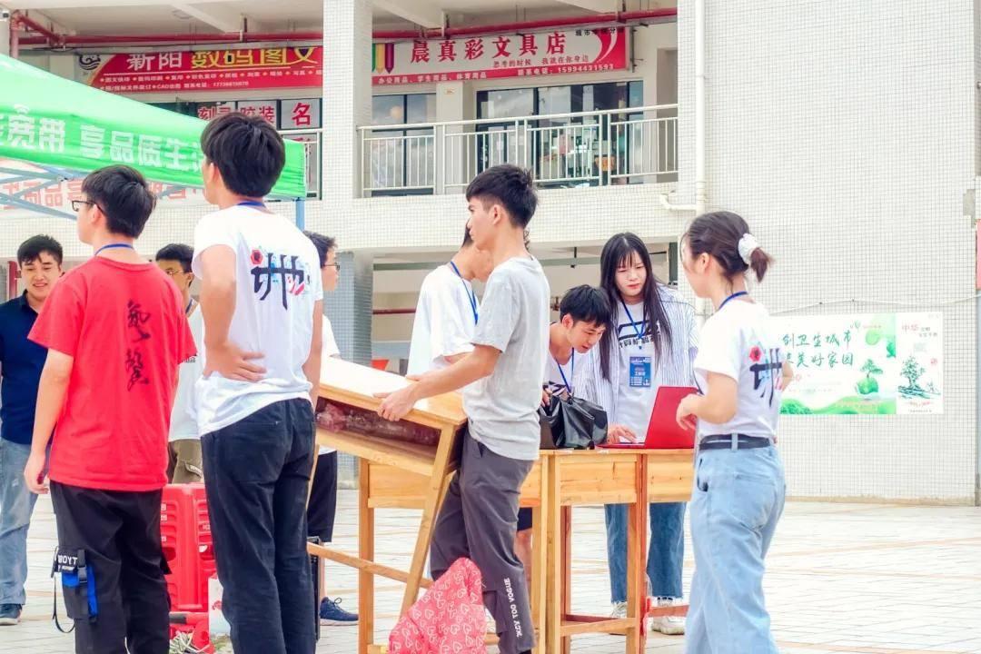 崇左城市职业大学校区8月1号计算机科技协会义务维修活动