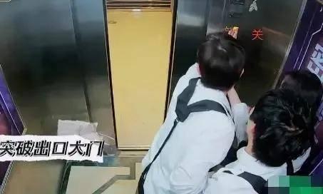 杨幂被邓伦拖一米远 利用性别刻薄别人