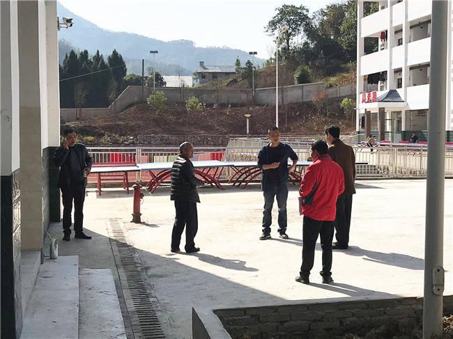 兴山县教育局领导突击检查高桥乡中心学校校园安全工作