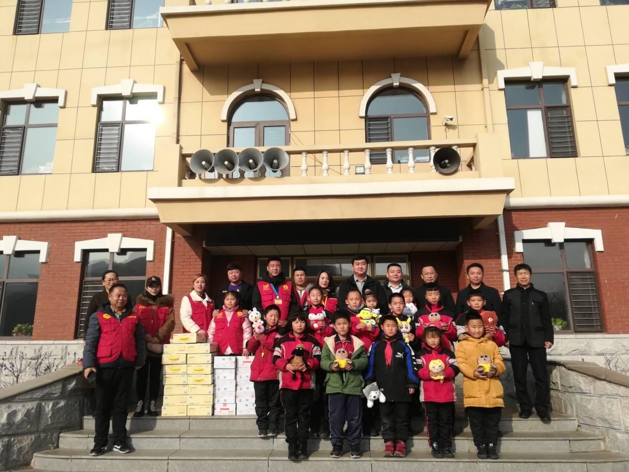 辽宁省红箭志愿服务队慰问盖州市松树底小学