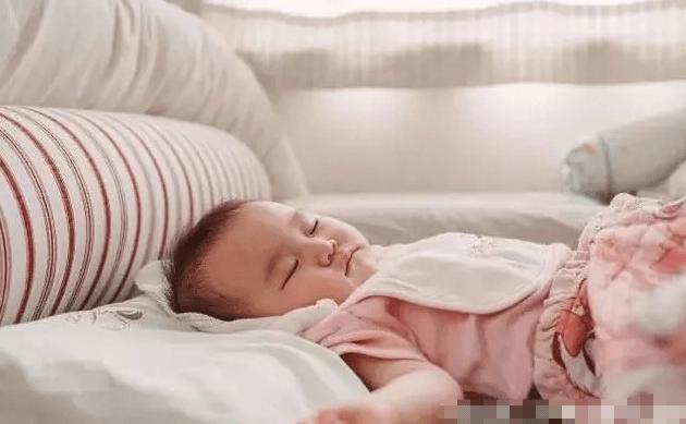 """4月大婴儿""""脊椎变形"""" 全因一件""""育儿神器"""" 你家娃也在用吗-家庭网"""