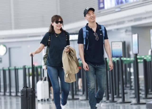 徐静蕾穿羽绒服走机场 气色憔悴又干瘦 46岁就有老年人的样子! 爸爸 第7张