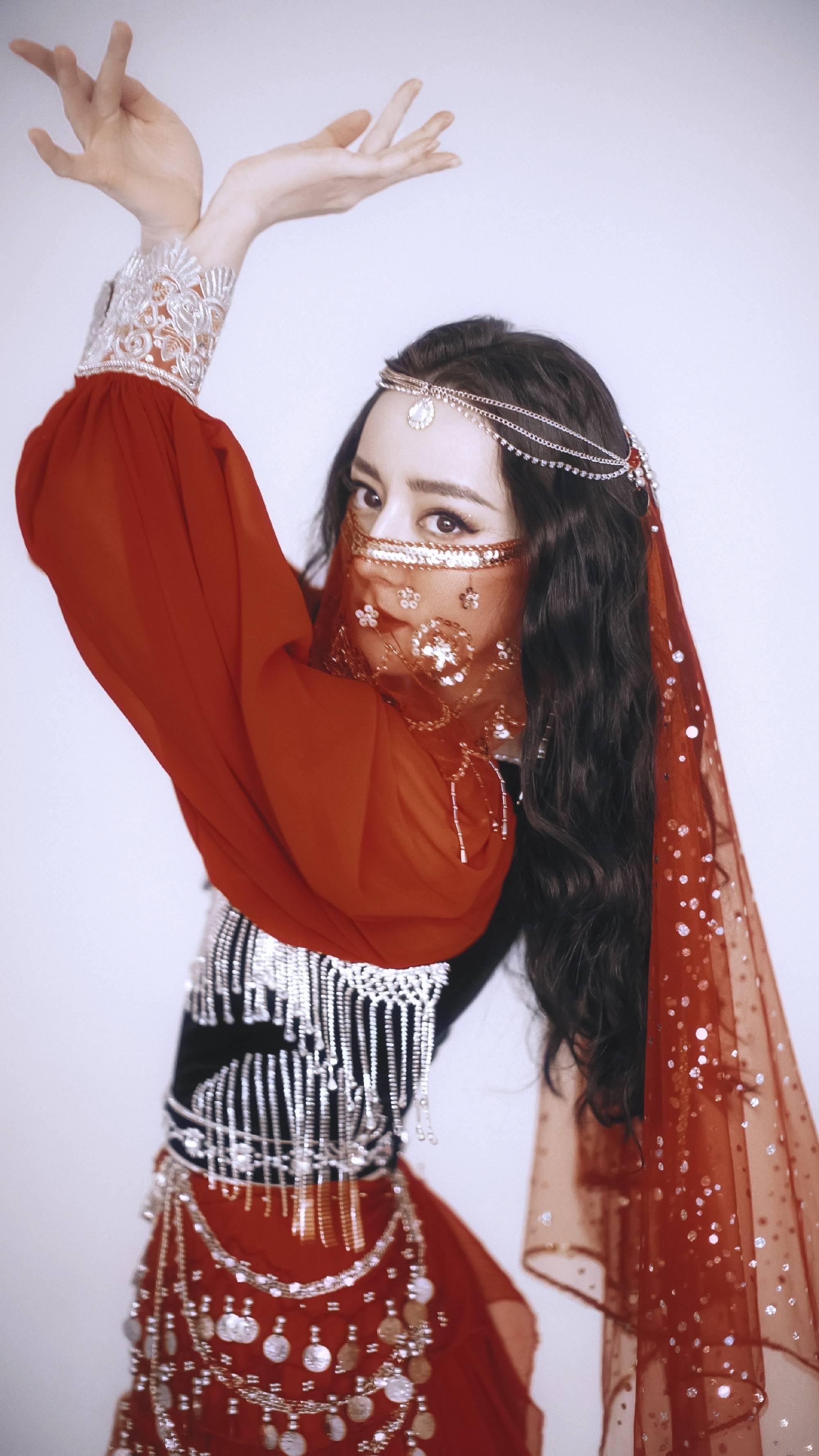 原版水晶的红色玄寂,迪丽热巴的红色九峰,谁的红色连衣裙让你惊讶?