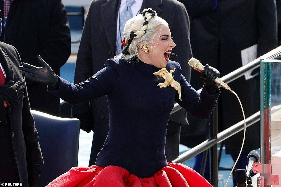 原创             JLO珍珠项链拍马屁,GAGA金鸽子背后寓意深刻,谁才是时尚女王?