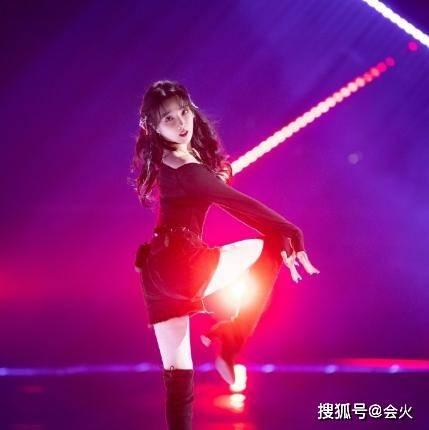 陈小纭热舞秀火辣身材,高难度动作获赞无数,却因大胆言论惹争议