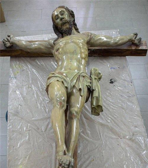 文物公司翻修耶稣雕像时,发现一张纸条,专家大喜:找了它上百年