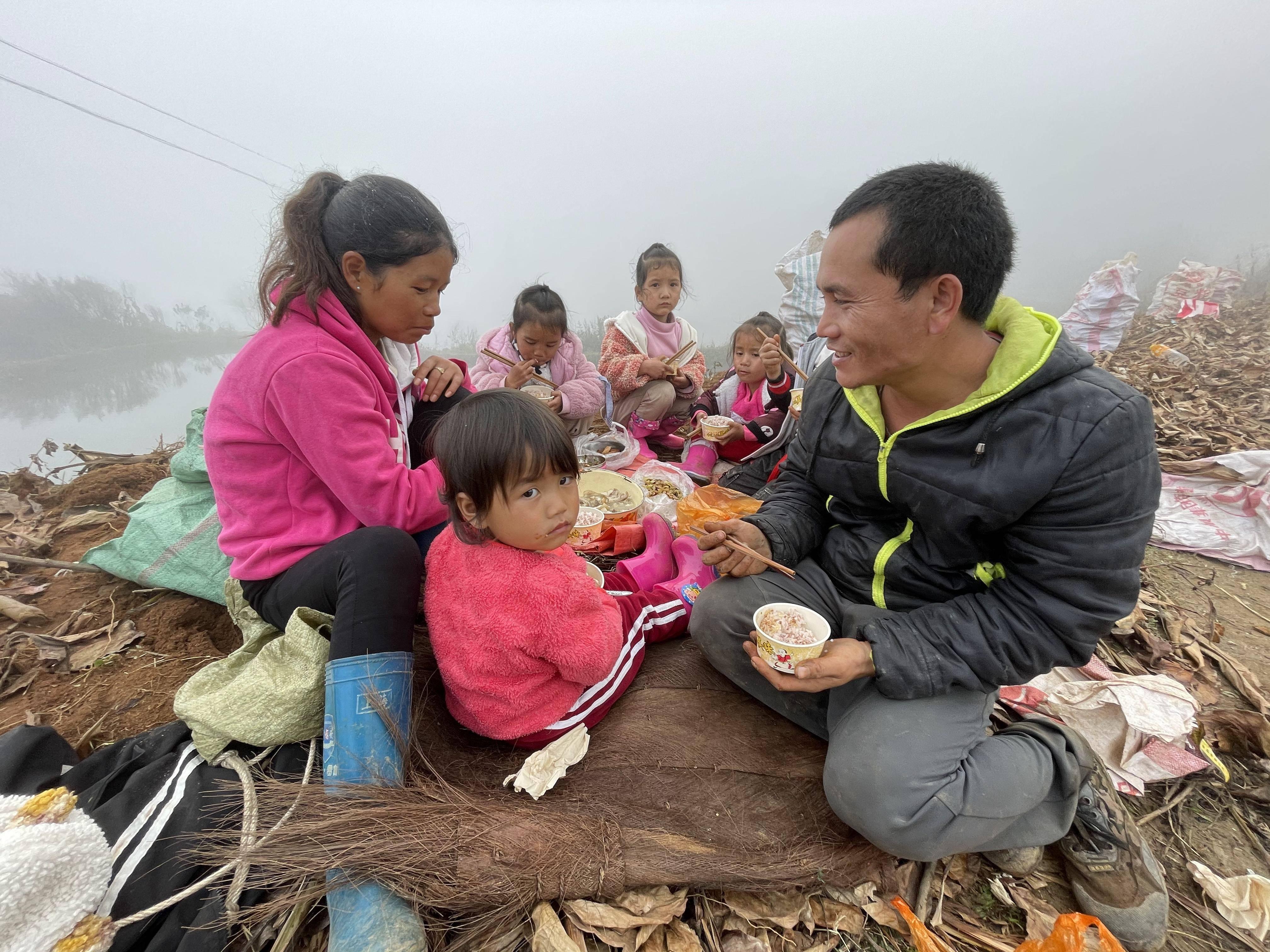 云南游遇勤劳温馨一家人:爷爷47岁有三个儿,最小儿生了五个娃