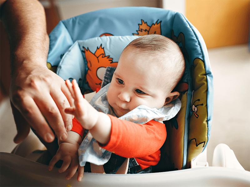 作为父母应该怎么陪一岁以内的婴儿玩耍?