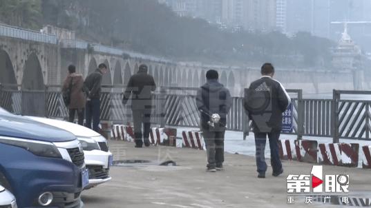 男子翻越码头栏杆捡手机 护绳突然断了……