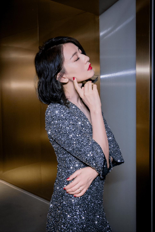 """41岁""""国民女神""""高圆圆又惊艳,穿钻石连衣裙秀身材,短发红唇太美_风格"""