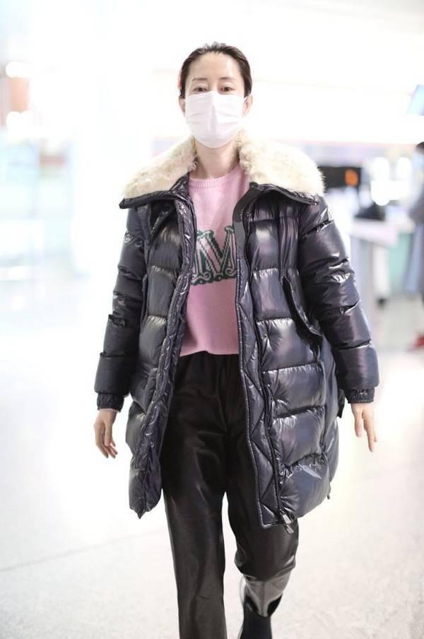 刘敏涛也太会穿了吧!羽绒服搭配粉色毛衣 温度风度一把抓 爸爸 第7张