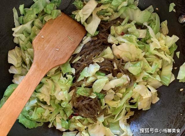 别再炒手撕包菜了,试试这种做法,牢记两个窍门,包菜脆嫩可口