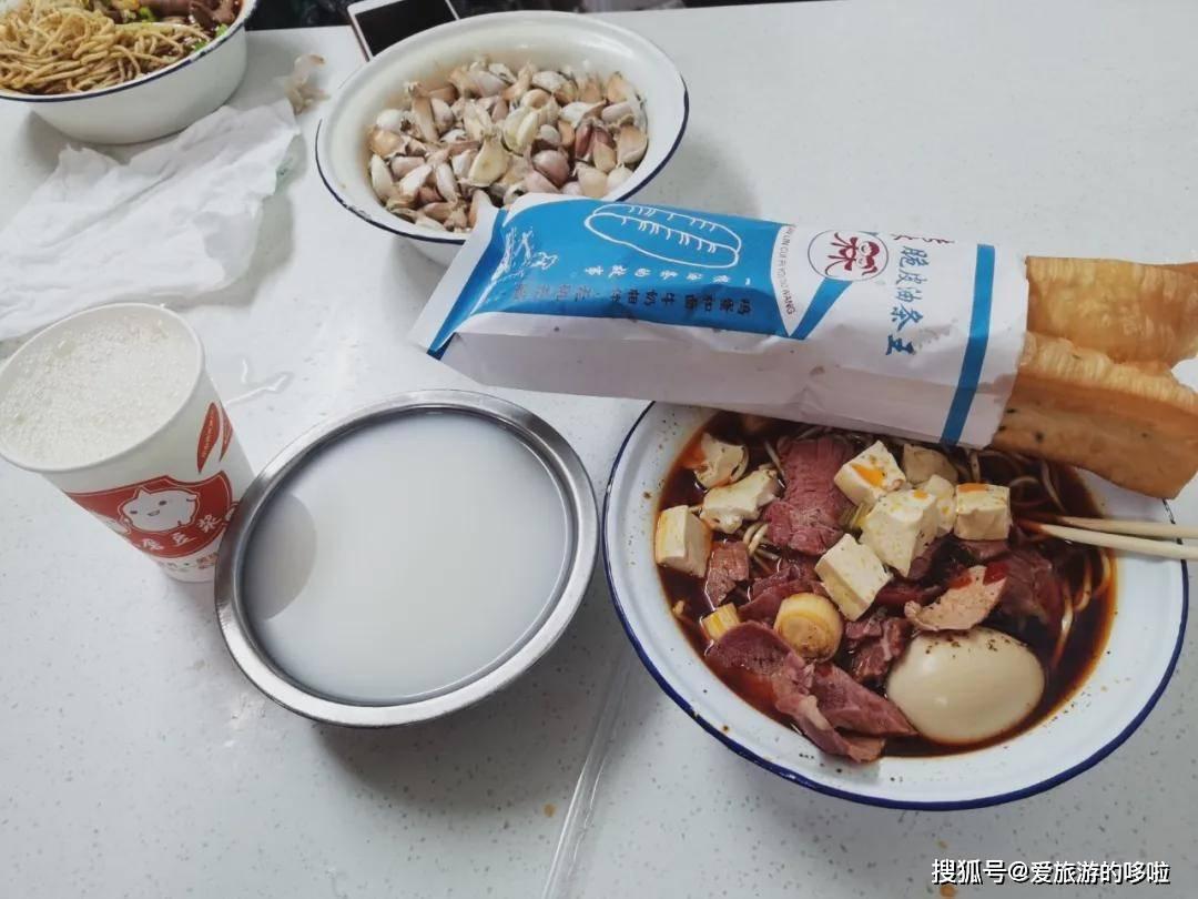 看完春节档,我被这座早餐吃牛肉面配黄酒的狂野城市馋疯了