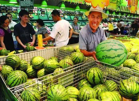 日本游客来中国旅游,买西瓜遭到拒绝,老板笑而不语