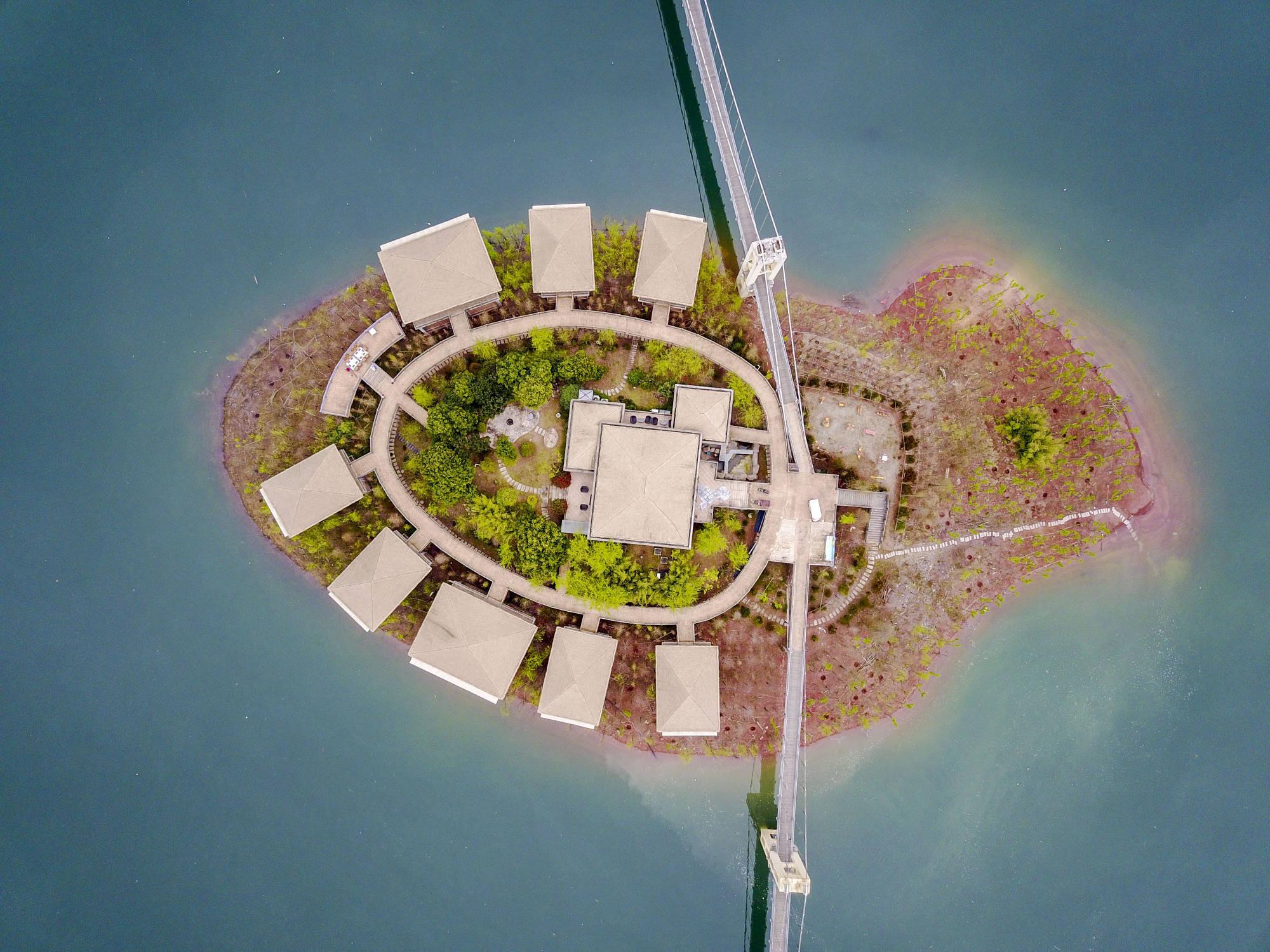 原创             500米高空航拍,发现浙江丽水一水库,16平方公里水中央一酒店