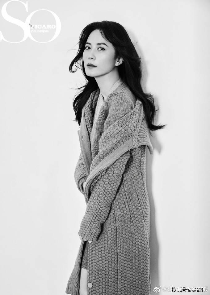 原创             俞飞鸿最新大片,率性西装、优雅长裙,展现成熟女性的性感和从容