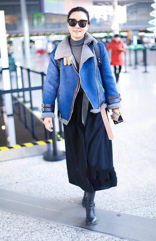 原创             陶虹一家现身机场,素颜难掩沧桑,穿羽绒服打扮得像个老人!