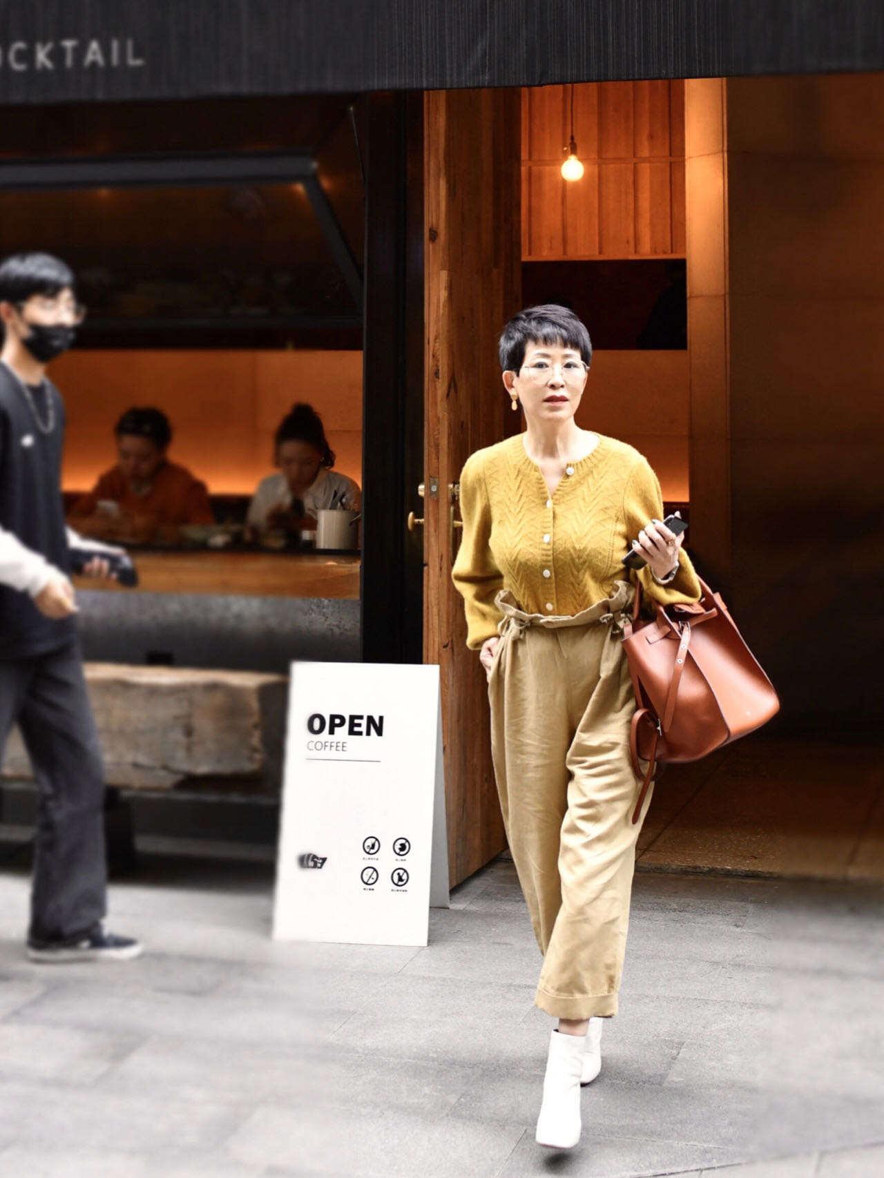 年过50岁的女性,不要穿着一身黑,春日穿这组配色,气质时髦