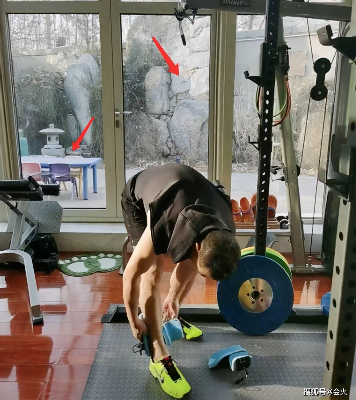 49岁赵文卓赛小伙!负重40斤做倒立卷腹,家中庭院假山成群  第4张