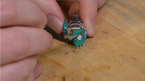原创             PS5手柄摇杆拆解:应为消耗品 高频率只能用417小时