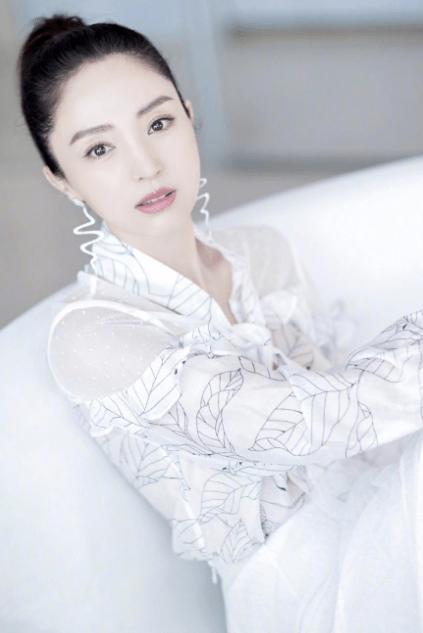 """原创             董璇真不像当妈的人!白衬衫配网纱裙清纯减龄,美出""""初恋""""气质"""