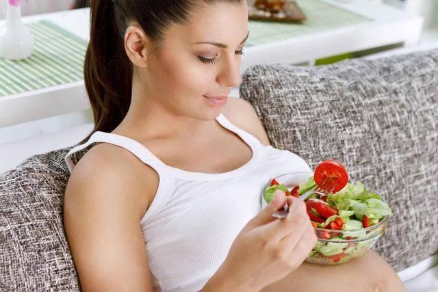 孕妇体重过重为本身及胎儿都会带来损伤 必定要操控饮食操控体重