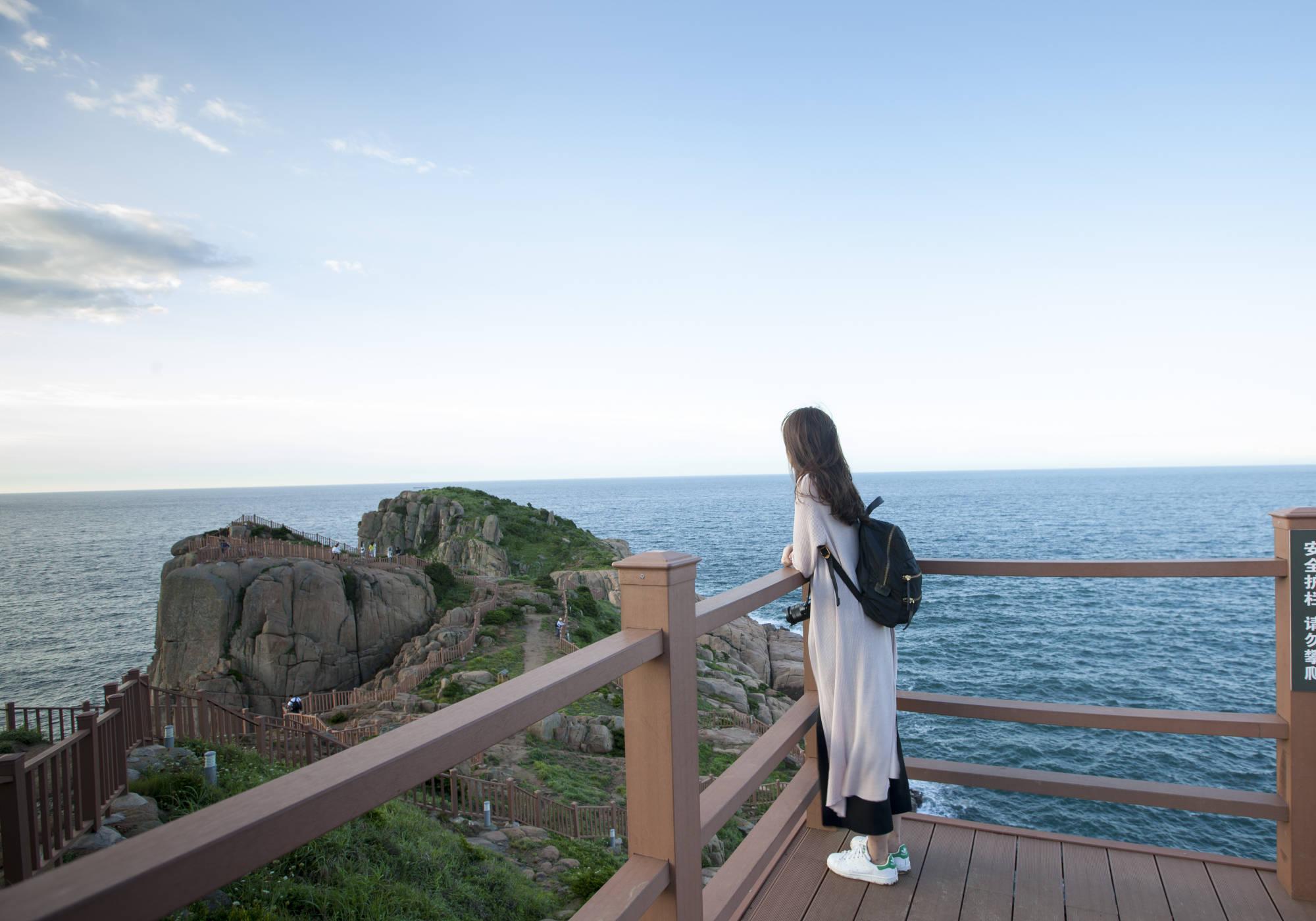 原创             中国最东边的海岛,有个怪现象,游客喜欢天没亮就往悬崖峭壁跑