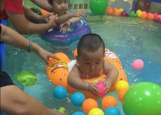 没有经历过尝试,你不知道宝宝有多么喜欢游泳