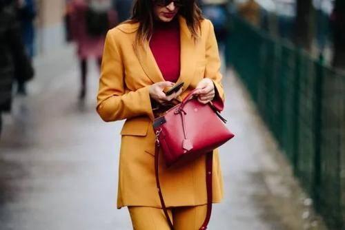 施诗早春穿搭真显品味,西装成套穿优雅又知性,真是隐藏的时髦精