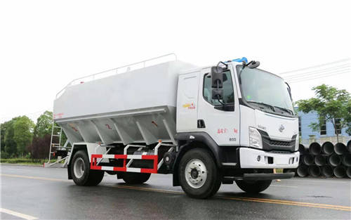 东风刘琦L3刘国饲料车轴距短,容积20立方米,介绍了刘国玉柴200马力发动机的图像参数