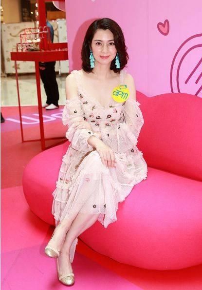 洪欣无滤镜太惊艳,穿粉色印花裙优雅端庄,49岁皮肤太好了