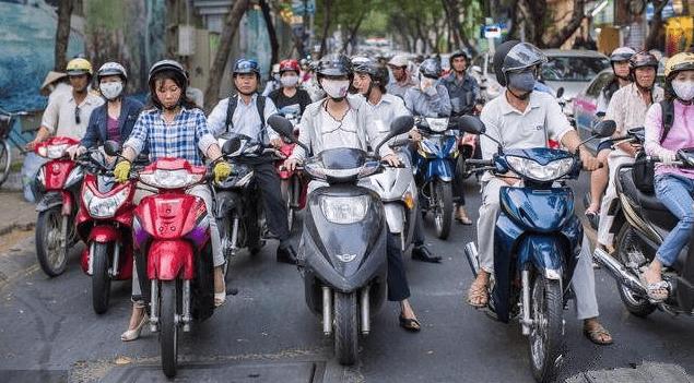 为什么东南亚国家骑摩托车喜欢戴头盔?而且国内很少有人穿?