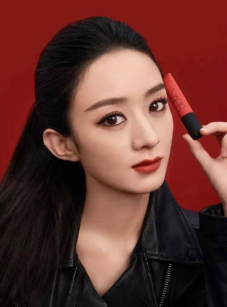 原创             赵丽颖新广告被嘲像精神小妹,还撞脸袁冰妍,气质不适合烟熏妆